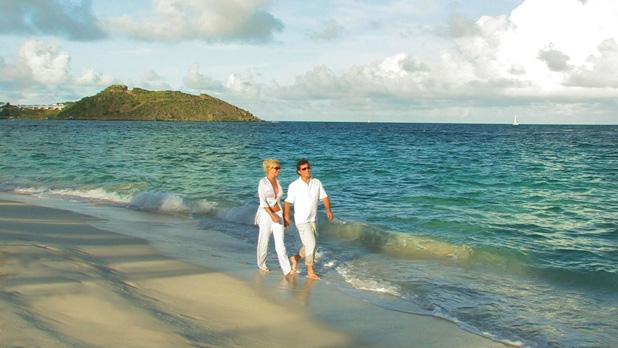couple_walking_along_beach_01