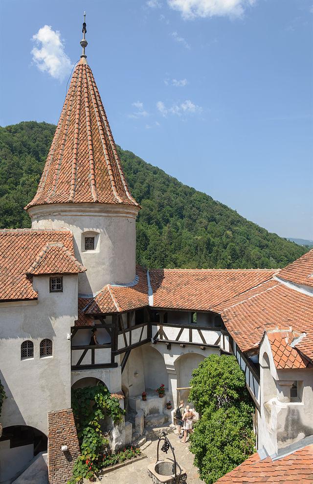 640px-Bran_castle_courtyard_round_tower_myrabella