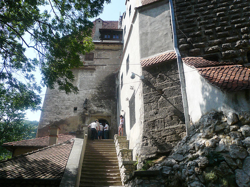 800px-Bran_Castle_(entrance)