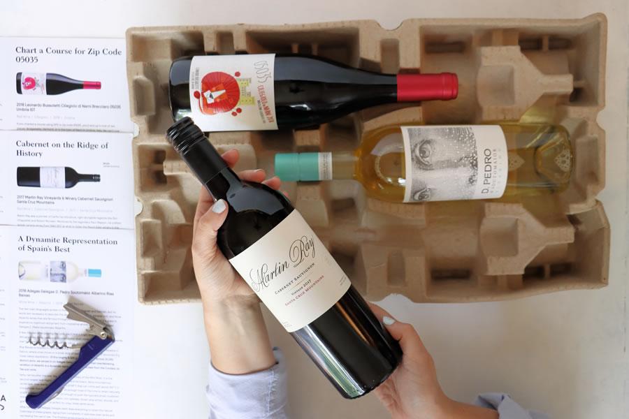 une surcharge de mains tenant une bouteille de vin