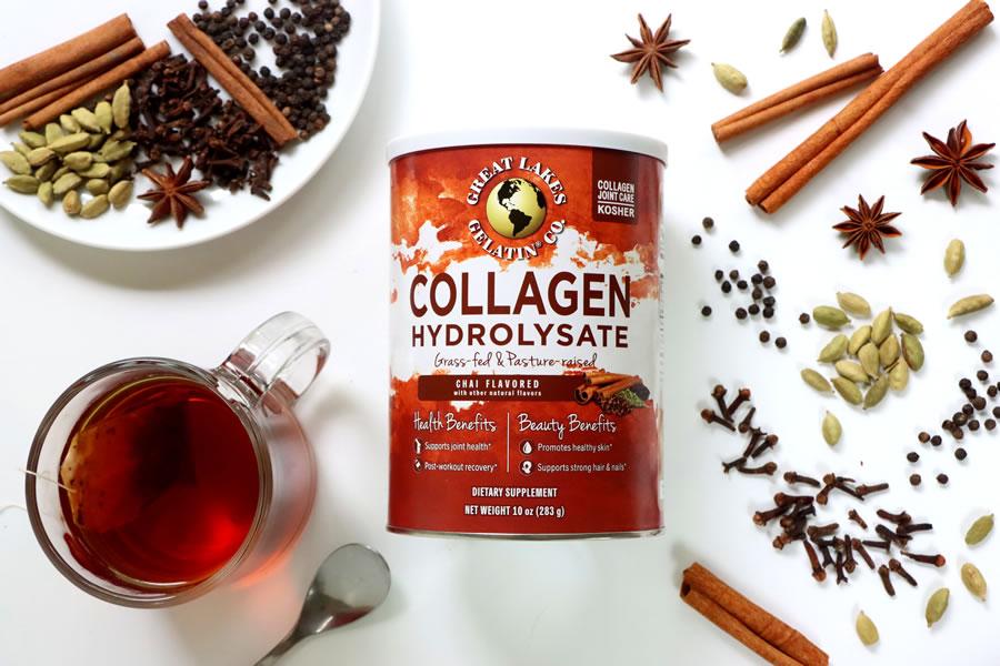 Colágeno Chai de los Grandes Lagos junto a especias chai y una taza de té